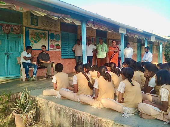 Talking with school children in the village of Velu, Maharashtra. These folks won the prestigious Water Cup a few years back and completely solved their water crisis!